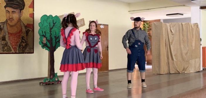 """У оквиру """"Дечјег културног лета"""" у Врањској Бањи одиграна представа """"Три прасета"""""""