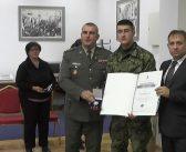 Уручене значке и захвалнице војницима на добровољном служењу војног рока са оружјем