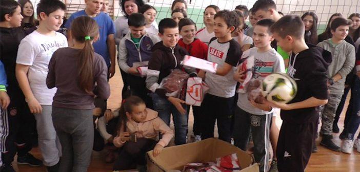 """Фудбалски клуб """"Минералац"""" донирао спортску опрему основној школи у Врањској Бањи"""